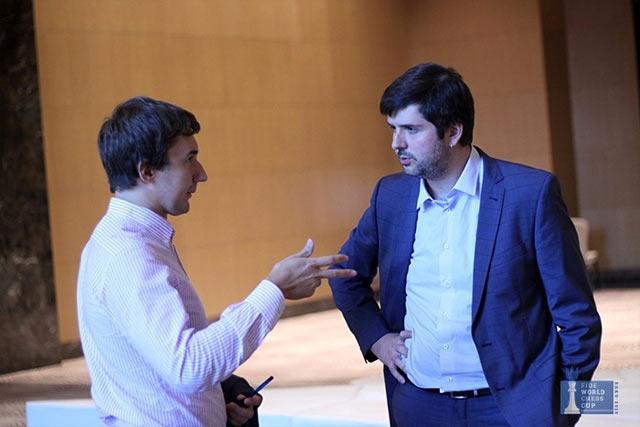 После окончания партии, Сергей Карякин и Пётр Свидлер, обсудили некоторые игровые моменты