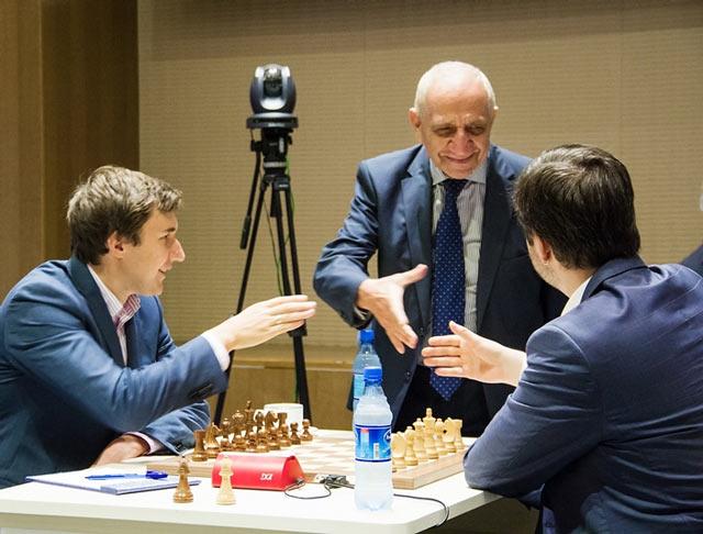 Сергей Карякин и Пётр Свидлер в финале Кубка мира по шахматам (Баку, 2015, 01 октября)