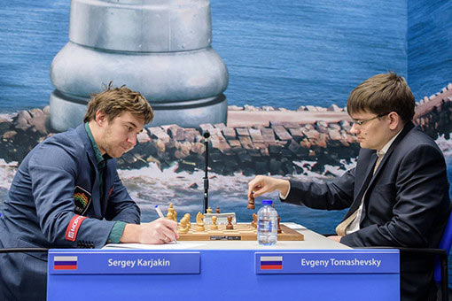 Сергей Карякин (слева) и Евгений Томашевский во время четвертого тура Вейк-ан-Зее
