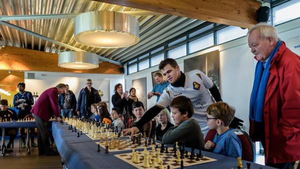 После футбольного матча, Магнус Карлсен заглянул на сеанс одновременной игры, который проводился для юных шахматистов. Пока поблизости не было сеансёра, Магнус дал совет (наверняка ценный) одному из участников