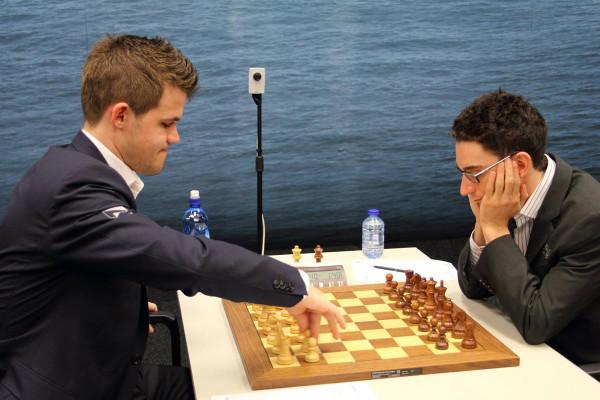 Магнус Карлсен (слева) и Фабиано Каруана