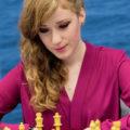 Женщина играет в шахматы