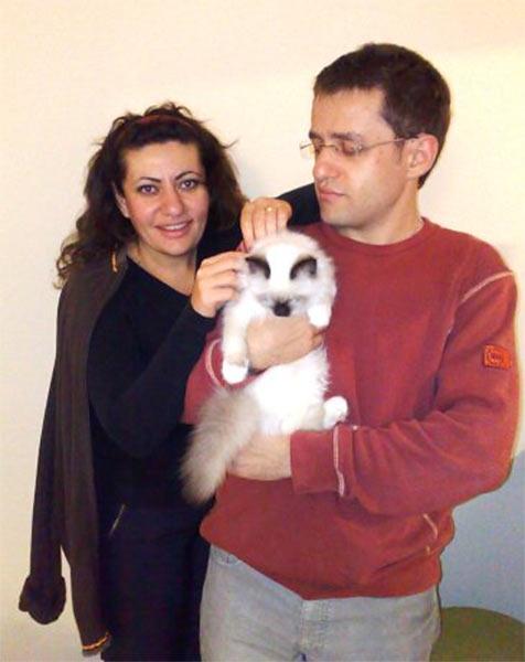 Левон Аронян со старшей сестрой Лилит и кошкой жены Арианны у себя дома в Берлине