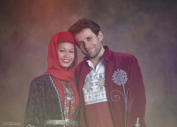 Левон Аронян с женой Арианной в национальных армянских костюмах