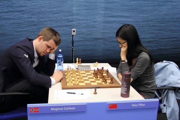 Против китаянки Хоу Юфань, Карлсен играл белыми