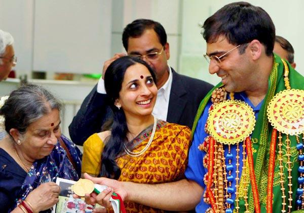 В центре - Аруна - жена Виши Ананда