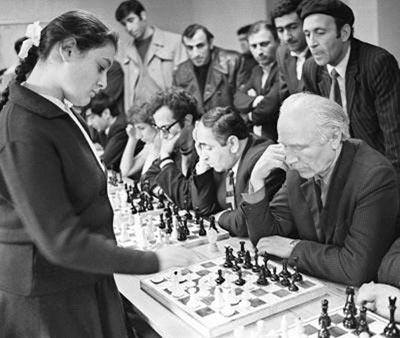 Юная Вера Менчик проводит сеанс одновременной игры
