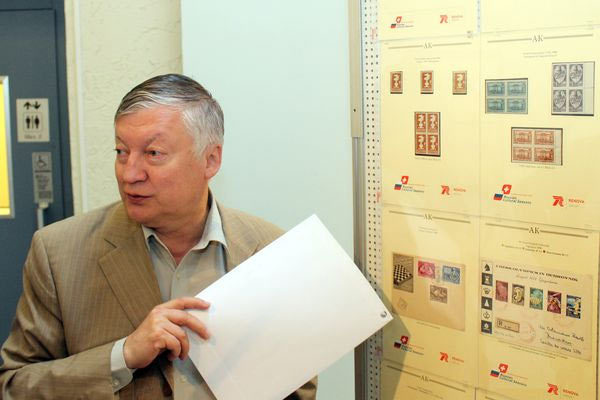 На одной из выставок, Анатолий Карпов знакомит посетителей с экспонатами из своей личной коллекции марок