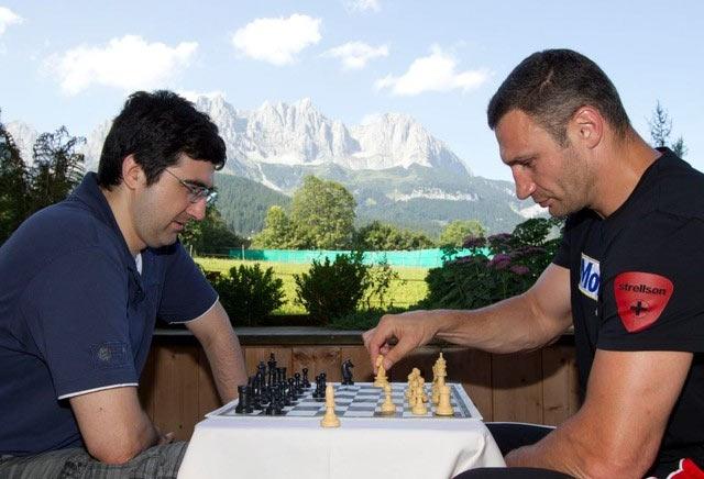 Шахматная партия между Владимиром Крамником и Ватилием Кличко (австрийские Альпы, 2012 год)
