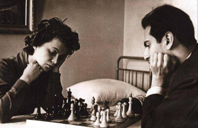 Салли Ландау и Михаил Таль играют в шахматы