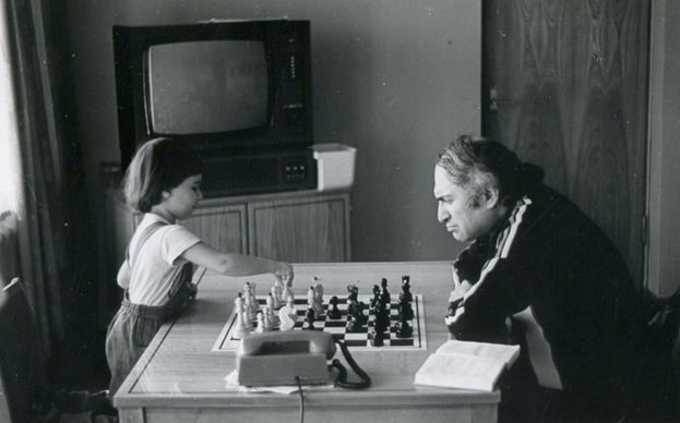 Михаил Таль играет в шахматы с дочерью Жанной
