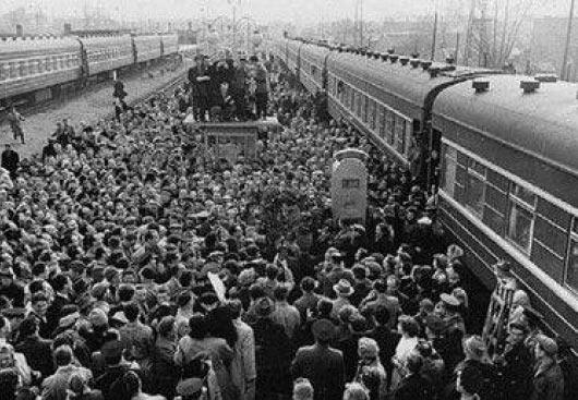 Рижане встречают чемпиона мира Михаила Таля (10 мая 1960 года, Рига)
