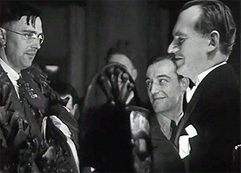 Учтивый Александр Алехин (справа) поздравляет Макса Эйве увенчанного лавровым венком с завоеванием шахматной короны