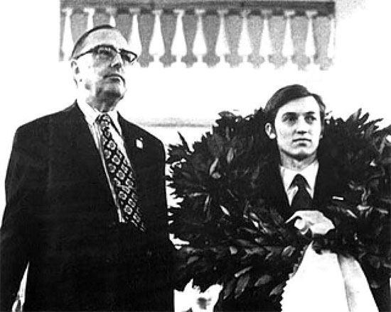 Президент ФИДЕ Макс Эйве и двенадцатый чемпиона мира по шахматам Анатолий Карпов (1975 год)