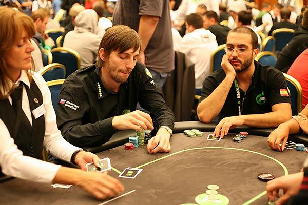 Шахматист Алексанр Грищук играет в покер