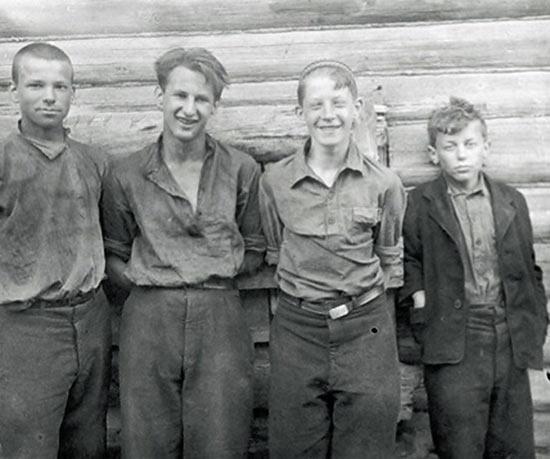 Слева направо: Платон Надальяк (служил в резерве главного командования, герой ВОВ), Виктор Костин, Юрий Авербах, Юрий Гонак (герой ВОВ, погиб в Бухенвальде), Калуга, 1940 год