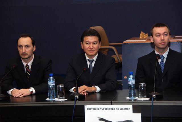 Веселин Топалов, президент ФИДЕ Кирсан Илюмжинов и Гата Камский. Фотография сделана перед матчем Топалов - Камский (София, 2009)