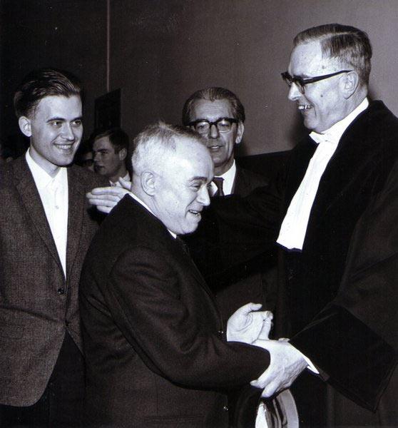 Саломон Флор поздравляет своего друга Макса Эйве с получением степени профессора. На заднем плане молодой Бент Ларсен и голландский мастер Берри Витхауз