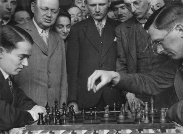 Сало Флор и Макс Эйве за анализом шахматной партии. Рядом с Флором австрийский шахматист Рудольф Шпильман