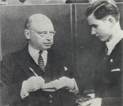Савелий Григорьевич Тартаковер, в качестве журналиста, берёт интервью у победителя АВРО-турнира 1938 года Пауля Кереса
