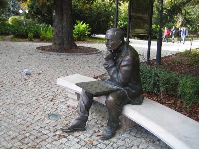 Памятник Акибы Рубинштейна (г. Поляница-Здруй, Польша)