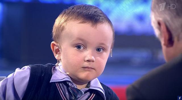3-х летний шахматист Миша Осипов играет против Карпова