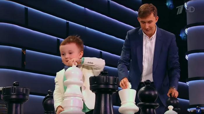 Миша Осипов (поклонник Магнуса Карлсена) играет в шахматы с Сергеем Карякиным
