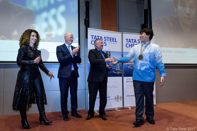 Анатолий Карпов вручает приз победителю турнира Tata Steel Chess 2017 Уэсли Со