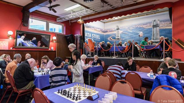 Пока гроссмейстеры бьются за денежные призы, любители играют в свое удовольствие