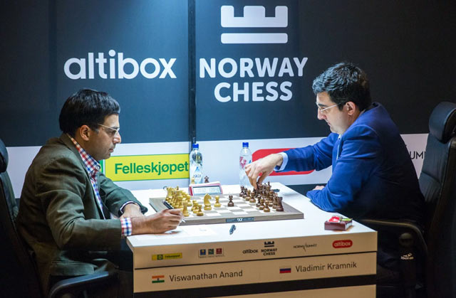 Виши Ананд (Индия) и Владимир Крамник (Россия) на турнире Altibox Norway Chess 2017