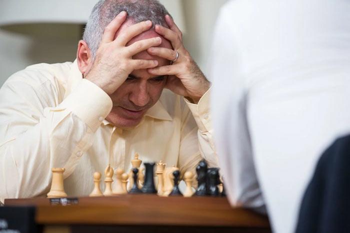 Каспаров обдумывает острейшую позицию которая возникла в миттельшпиле
