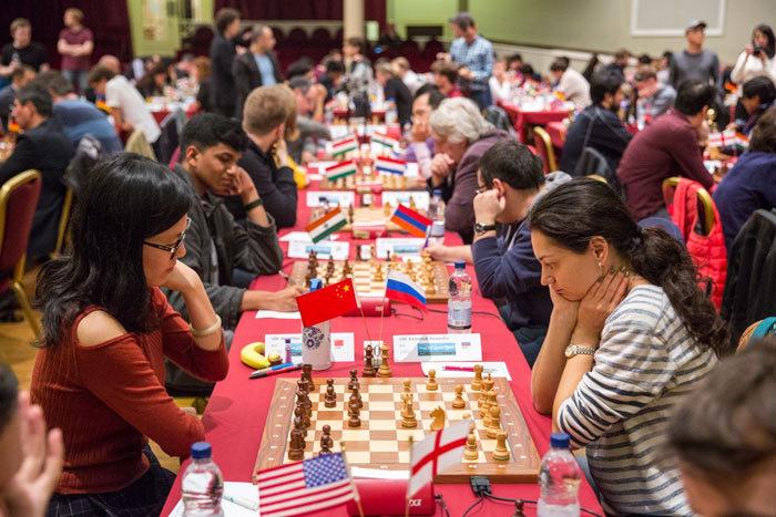 Хоу Ифань (Китай) и Александра Костенюк (Россия) - шахматный турнир остров Мэн 2017