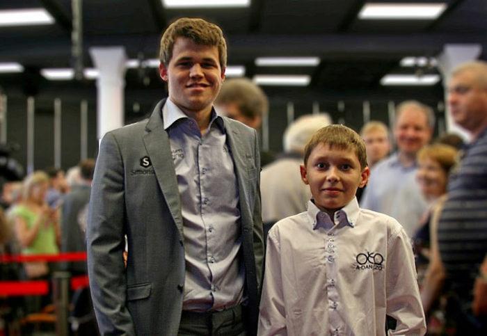 Совсем еще юный Андрей Есипенко с шестнадцатым чемпионом мира Магнусом Карлсеном