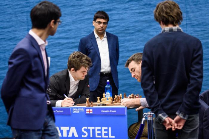 За игровым столом Магнус Карлсен (Норвегия) и Гавейн Джонс (Англия)