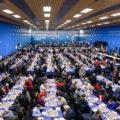 Профессионалы и любители играют в одном огромном зале