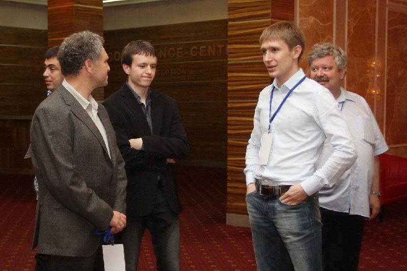 Артём Ильин с секундантами Бориса Герльфанда Александром Хузманом и Максимом Родштейном (Казань, 2011)