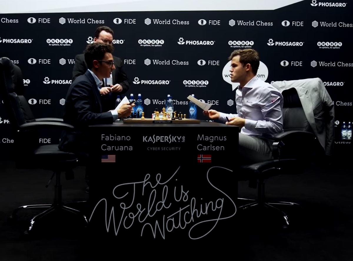 Каруана и Карлсен обмениваются мнения по поводу сыгранной партии 10