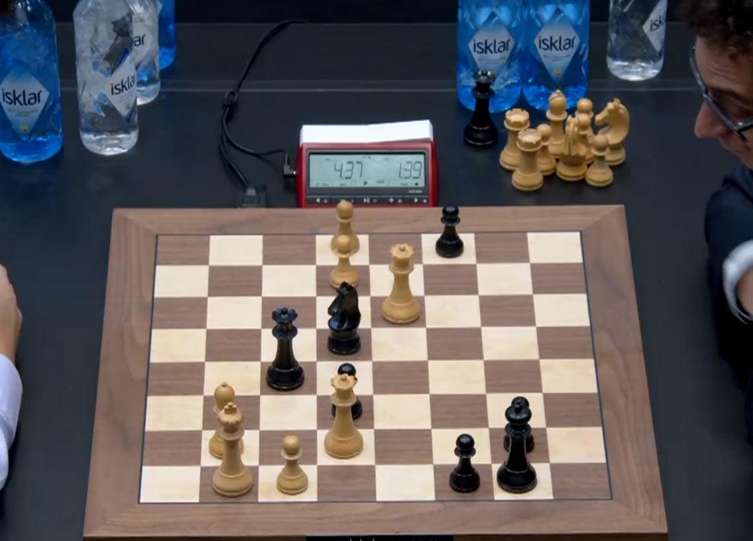 У Карлсена на доске два ферзя. Каруане остается последний раз взглянуть на позицию и протянуть противнику руку, признавая поражение не только в этой партии, но в матче за мировое первенство 2018