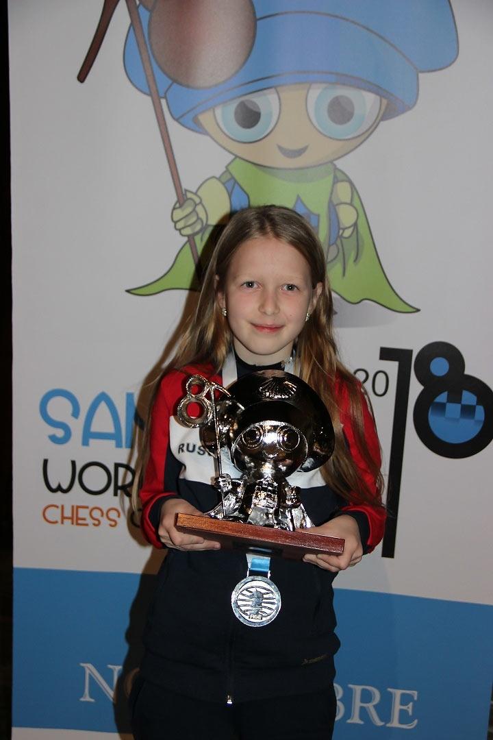 Вероника Юдина с заслуженной медалью и призом чемпионата мира среди кадетов 2018 (Испания)