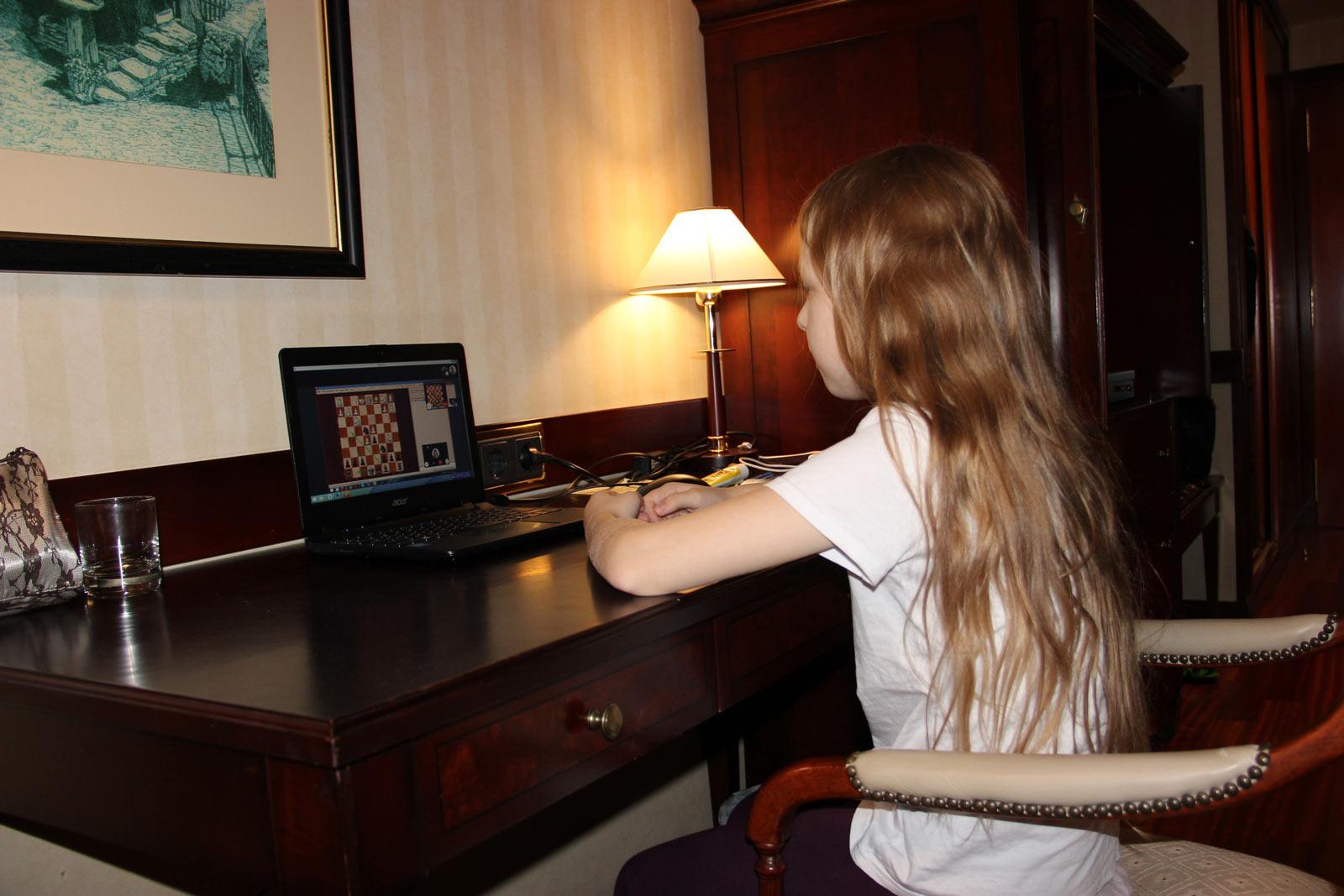 Шахматистка Вероника Юдина заводит партию в компьютер