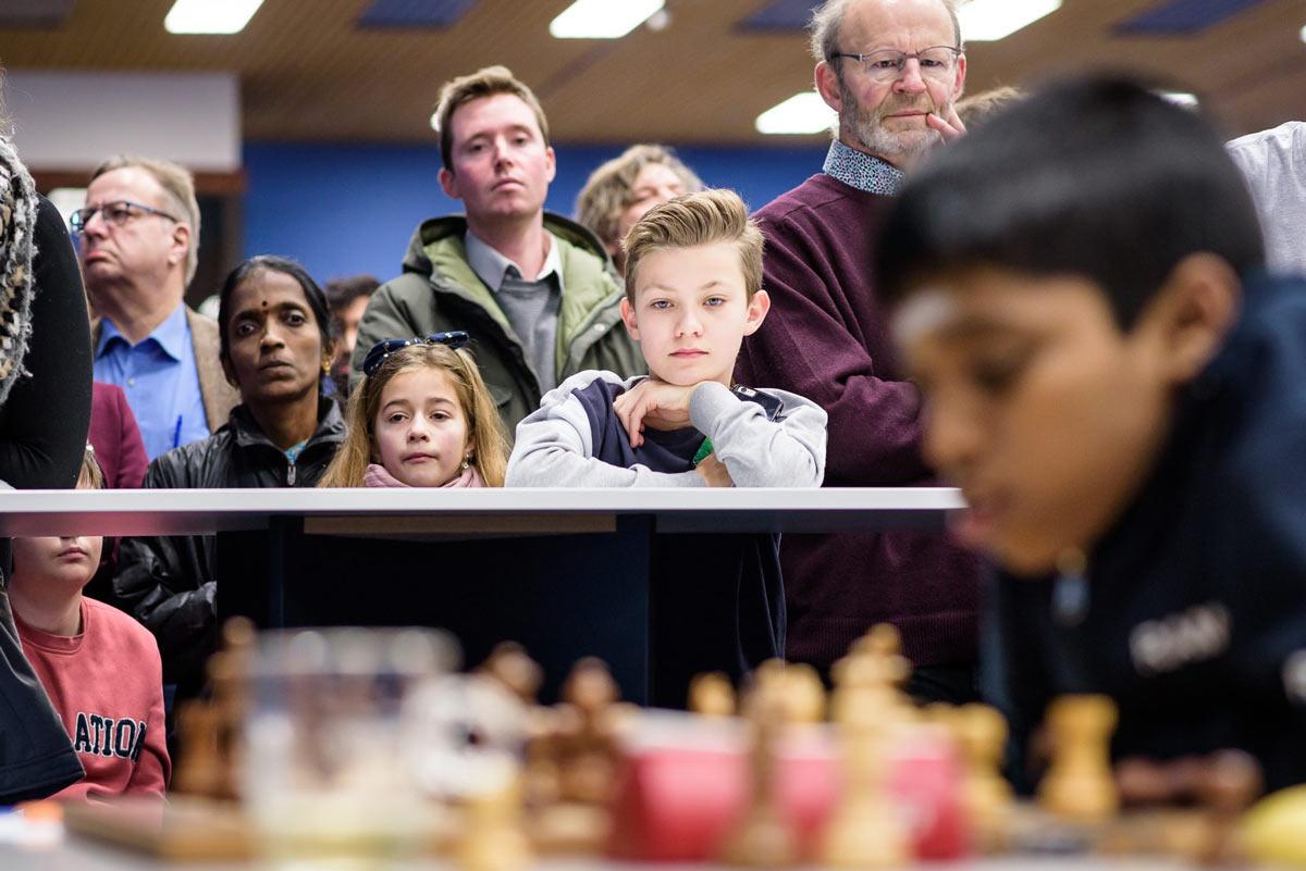 Среди зрителей мать индийского шахматного вундеркинда Рамешбабу Прагнанандха - наблюдает за игрой сына