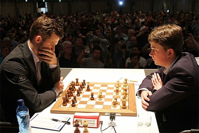 Магнус Карлсен и Винсент Кеймер. Первый тур GRENKE Chess Classic 2019 | Фото: Георгиос Соулеидис
