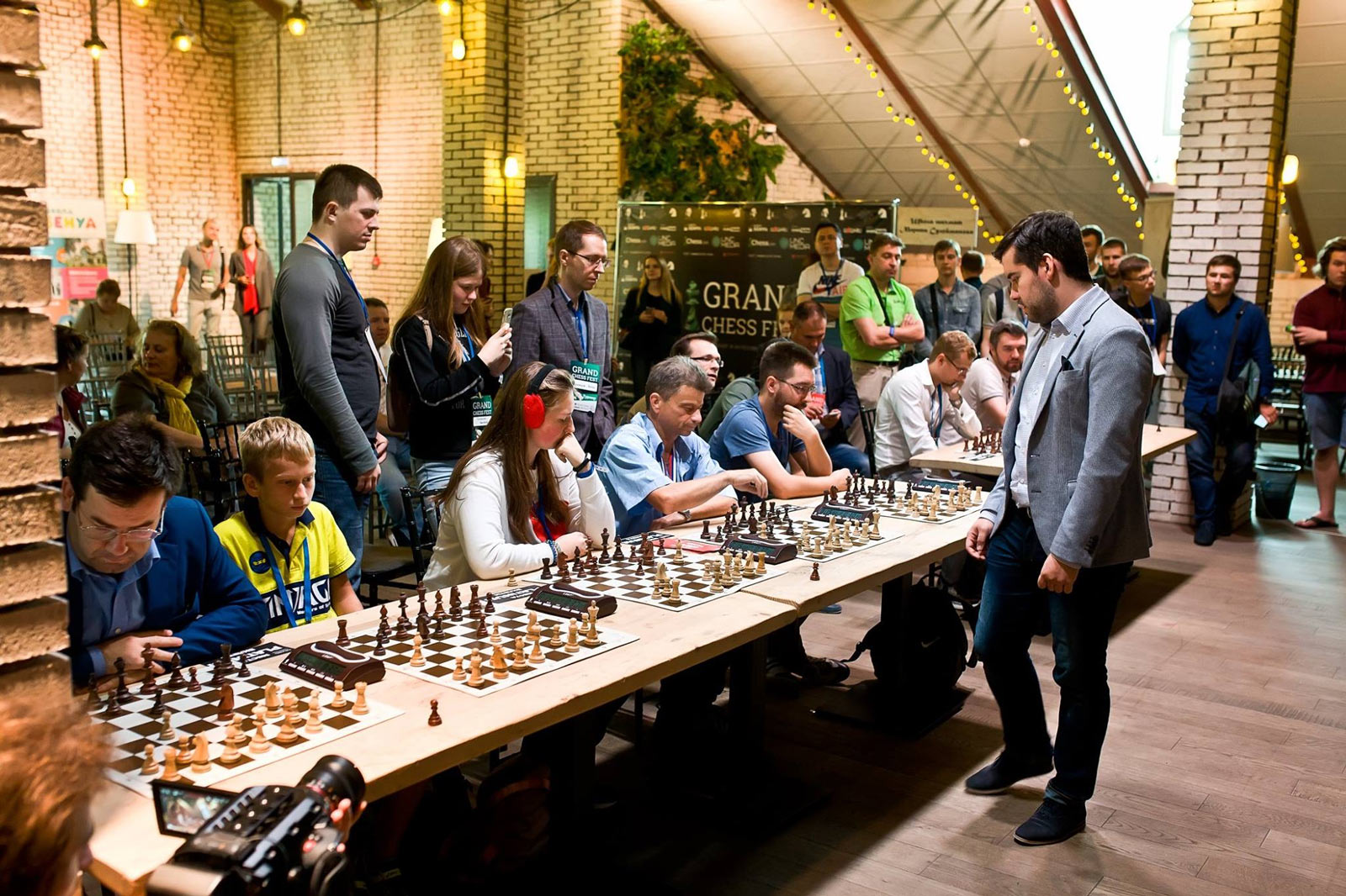 Гроссмейстер Ян Непомнящий дает сеанс одновременной игры в рамках шахматного фестиваля Grand Chess Fest 2018