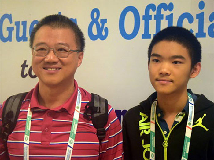 Шахматист Джеффри Шонг (Сюн) с отцом (Бхубанешвар, 2016)