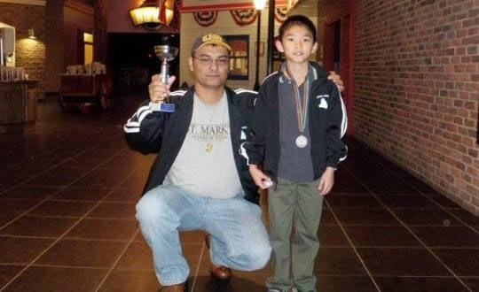 Джеффри Шонг со своим первым тренером по шахматам Бабакули Аннаковым