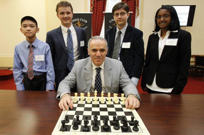 Гарри Каспаров с членами Young Stars-Team USA (Вашингтон, 2014)