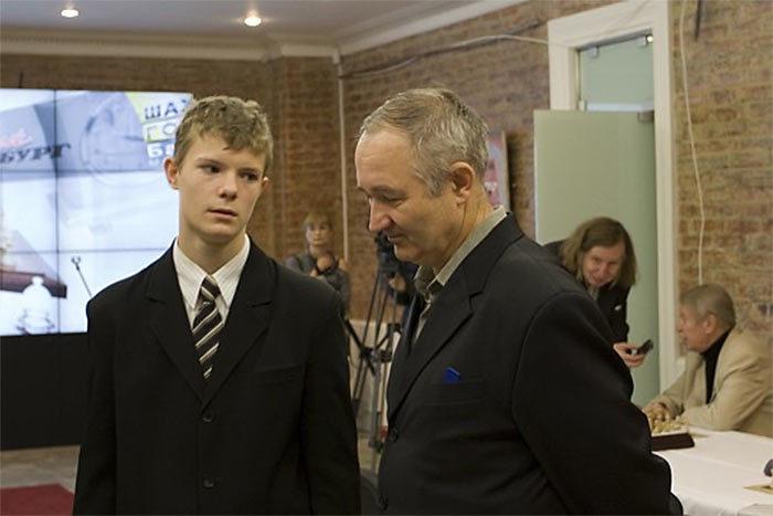 Шахматист Кирилл Алексеенко с тренером Андреем Михайловичем Лукиным