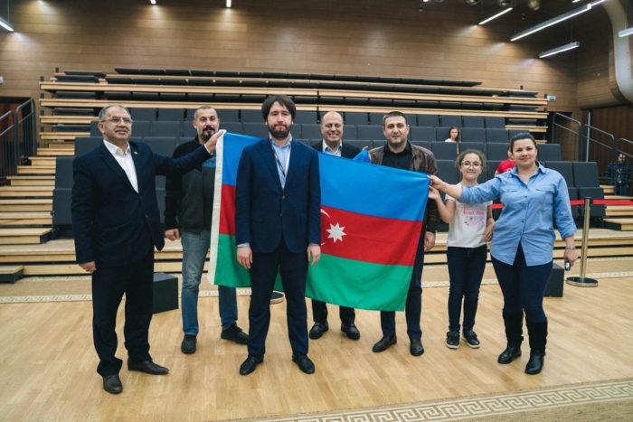 Победитель Кубка мира 2019 по шахматам Теймур Раджабов в кругу группы поддержки с флагом Азербайджана