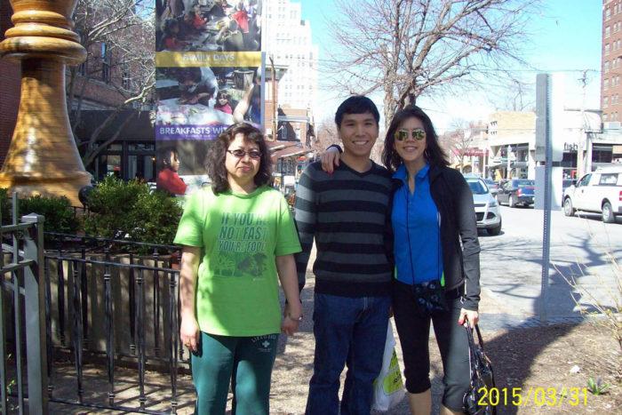 Уэсли Со с родной матерью и тётей со стороны отца