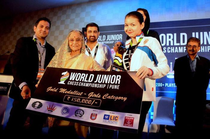 Вручение денежного чека чемпионке мира 2014 среди юниоров (г. Пуна, Индия)